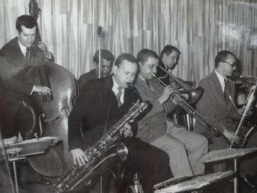 Studio_5_asi_1959-JanKonopasekvpopředísbarytonsaxofonem_fotoAdolfMrazekStudio_5_asi_1959-JanKonopasekvpopředísbarytonsaxofonem_fotoAdolfMrazek