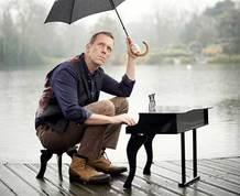 Poctivá americká klasika. Britský komik Hugh Laurie a jeho band roztančili Rondo