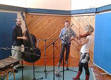 Video: Jitka Šuranská s novým triem ve studiu