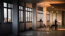 Video: Ztichlé budovy prostoupené hudbou