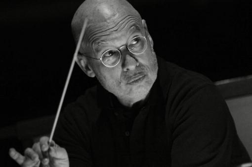 Dennis Russell Davies je novým uměleckým ředitelem a šéfdirigentem Filharmonie Brno