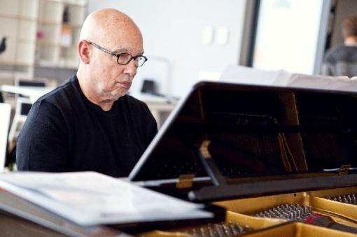 Dennis Russell Davies se v Brně poprvé představí jako klavírista
