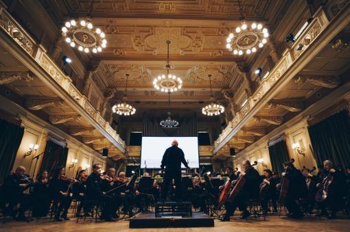 Když hudba maluje a malba zní: Filharmonie Brno přivítala vizuálního umělce Cori O'Lana