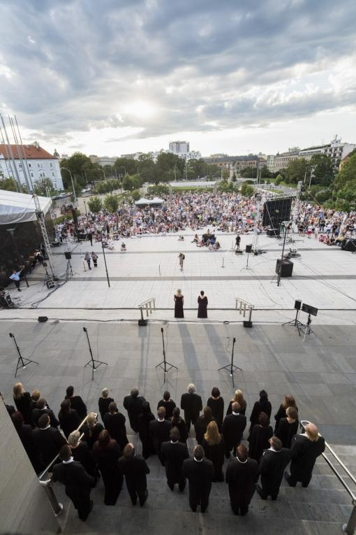 Piazzettu před Janáčkovým divadlem dnes opět rozezní koncert k zahájení sezony